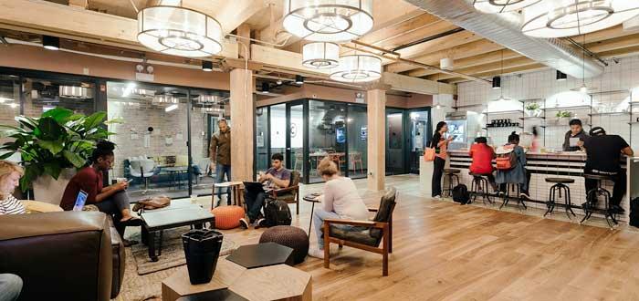grupo de coworkers utilizando las distintas zonas de un espacio colaborativo