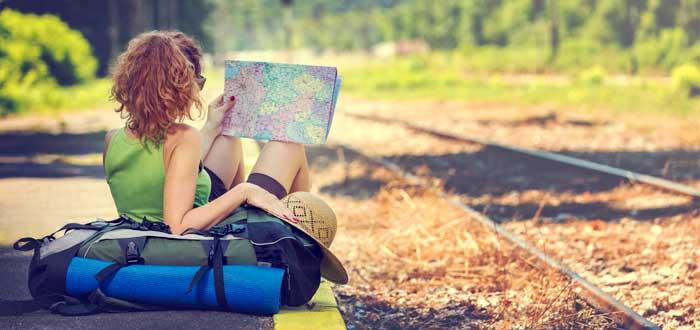 chica sujetando mapa para ir a oficina coworking de aventura