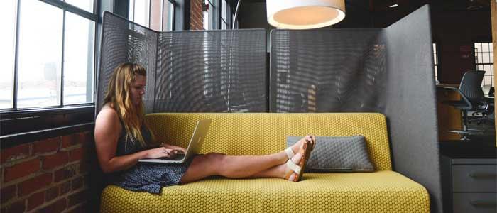 chica trabajando en oficina coworking en espacio dedicado