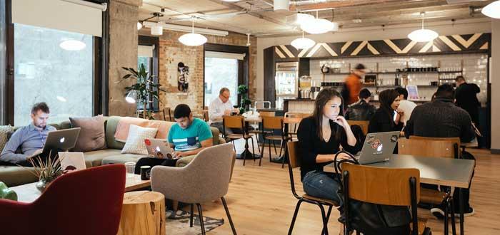 distintos freelancers trabajando en espacio de trabajo wework