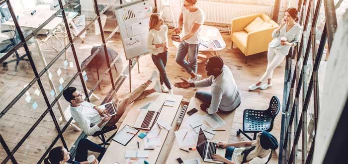 coworkers en oficina privada