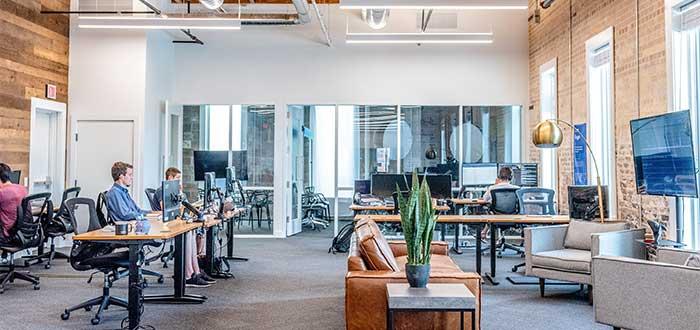 coworkers trabajando en una oficina de coworking