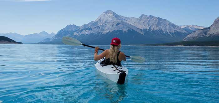 persona-montando-kayak