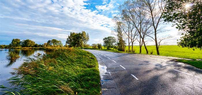 panorámica de carretera en paisaje rural
