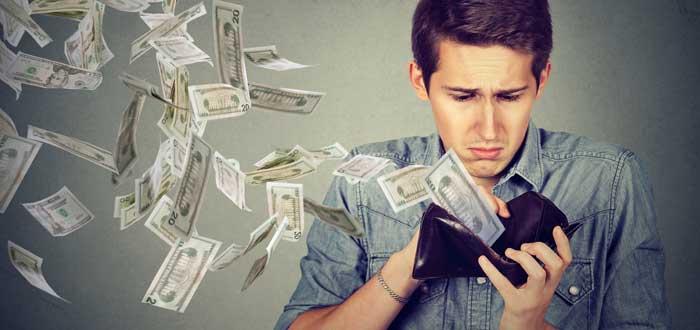 dinero saliendo de cartera de un hombre