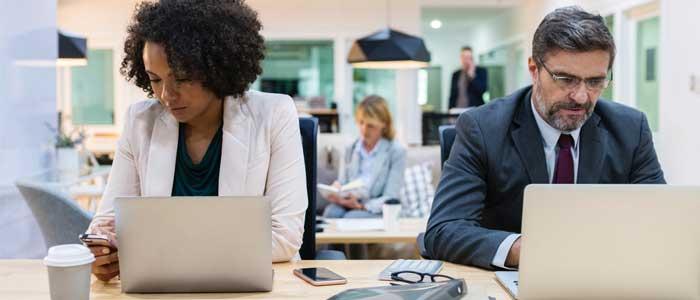 ejecutivos trabajando en espacio coworking