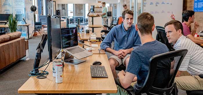 emprendedores reunidos en una oficina abierta