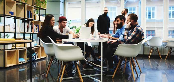 equipo de personas trabajando juntas alrededor de mesa