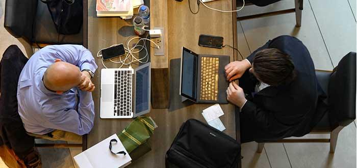 coworkers trabajando en escritorio móvil
