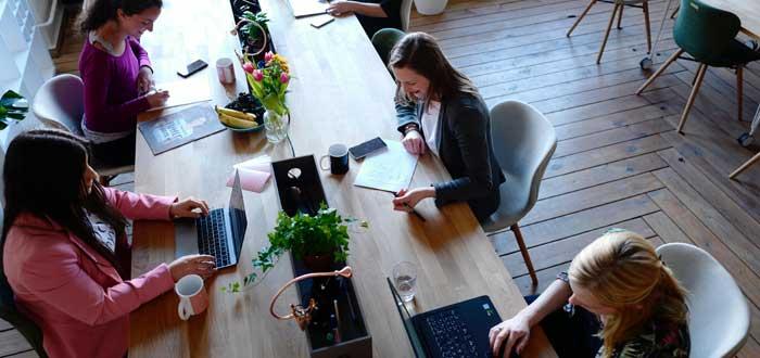 freelancers trabajando en escritorios móviles