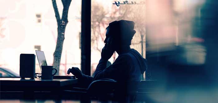 freelacer trabajando en su laptop desde cafetería