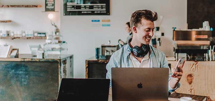 freelancer trabajando en espacio coworking
