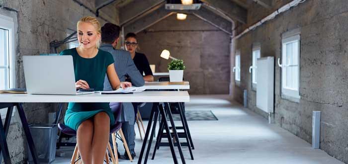 freelancers trabajando en espacio compartido