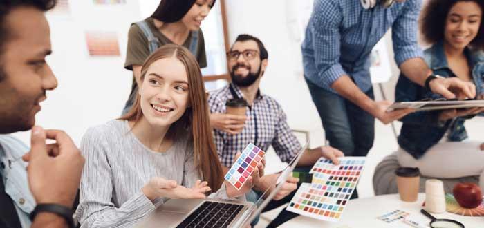 grupo de diseñadores haciendo lluvia de ideas en tipo de coworking por profesión
