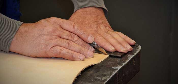 mamnos de artesano trabajando en coworking para artesanos