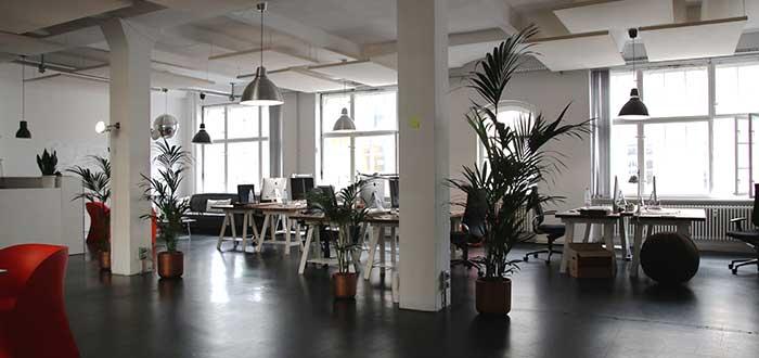 oficina abierta llena de escritorios y computadoras