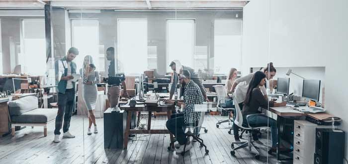 personas trabajando en oficina privada