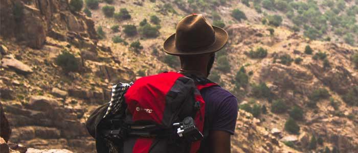 joven con mochila haciendo cwowrking de aventura