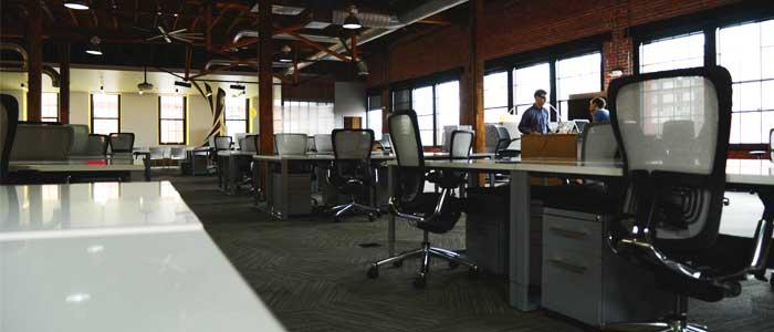 personas conversando en oficina