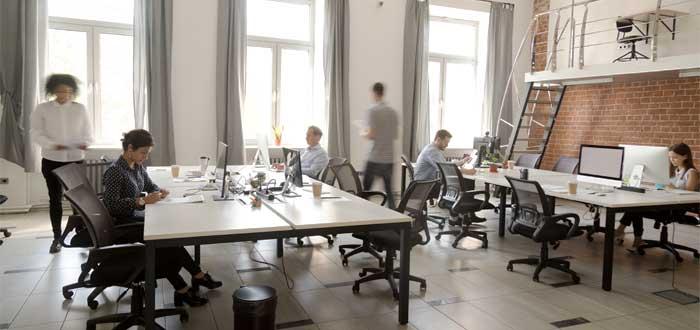 personas en oficina coworking abierta