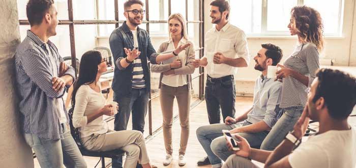coworkers reunidos en comunidad