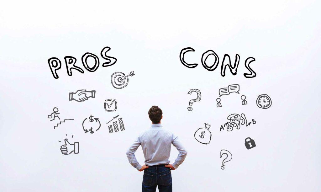 hombre analizando ventajas y desventajas del coworking
