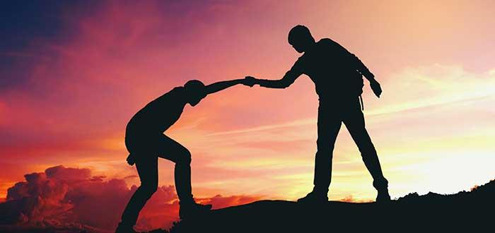 persona ayudando a otra uno de los beneficios del networking