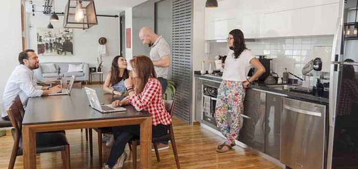 colivers conversando en cocina coliving
