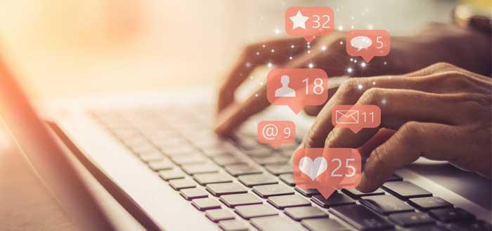 manos de una persona tecleando en su laptop para hacer networking online