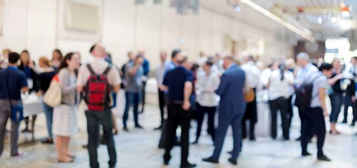 grupo de personas reunidas en evento haciendo networking offline