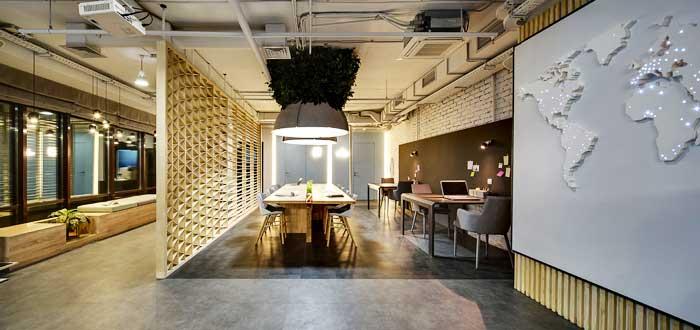 oficina con varios espacios de trabajo compartido