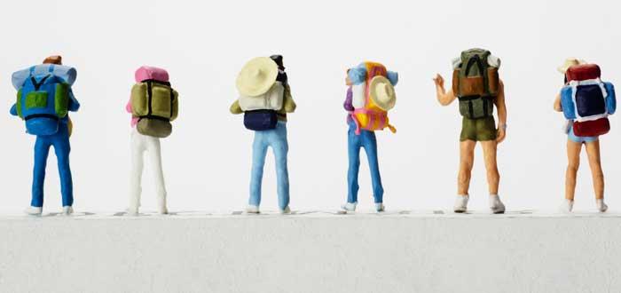 figuras-paradas-juntas-con-mochilas