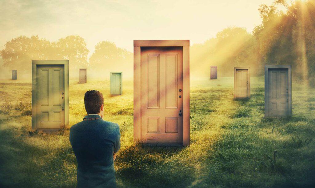 hombre pensando como elegir diferentes puertas para tomar un camino
