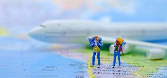 miniaturas sobre mapa para viajar por el mundo