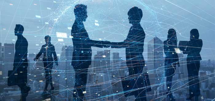 dos profesionales dándose la mano estableciendo contacto