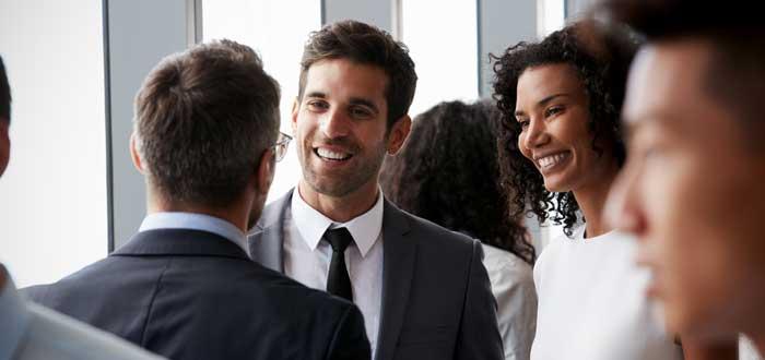 personas conversando relacionándose en evento networking