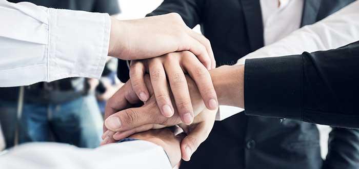 manos unidas de un grupo de personas
