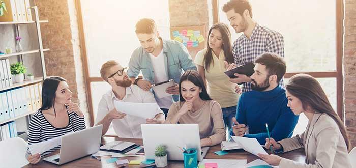 equipo-de-trabajo-reunido-buscando-soluciones- ventajas del trabajo en equipo