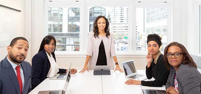 equipo-de-trabajo-reunidos-en-oficina-mirando-camara