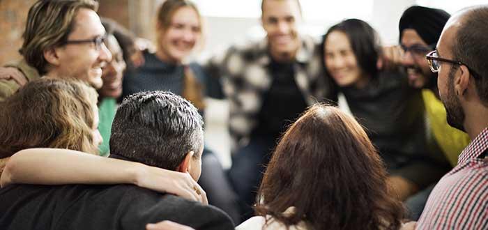 miembros-de-equipo-de-trabajo-haciendo-un-circulo-animandose-frases-de-trabajo-en-equipo