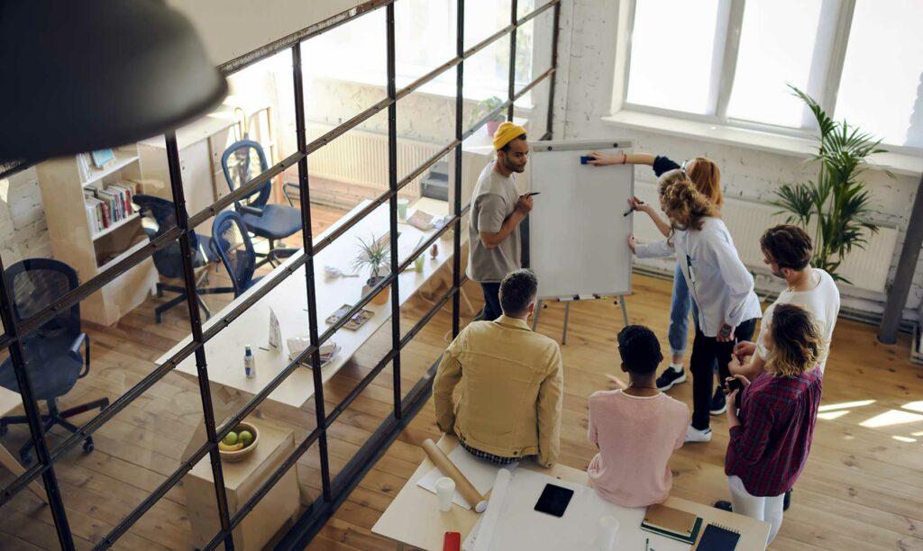 personas-analizando-ventajas-y-desventajas-del-trabajo-en-equipo
