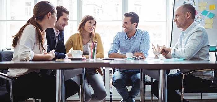 profesionales-reunidos-en-oficina-sonriendo