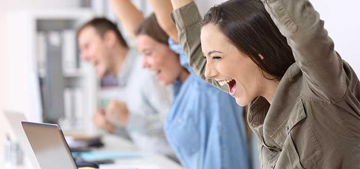 varios integrantes felices por el éxito del trabajo colaborativo