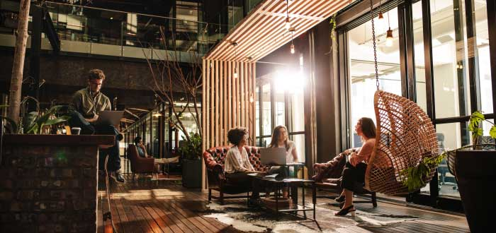 community-builder-conversando-con-coworkers