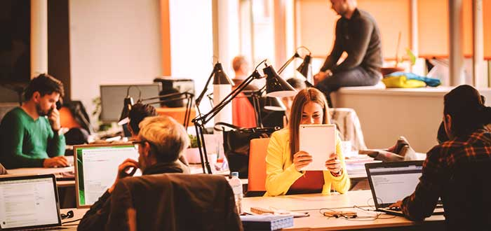 coworkers-sentados-hot-desks-en-coworking