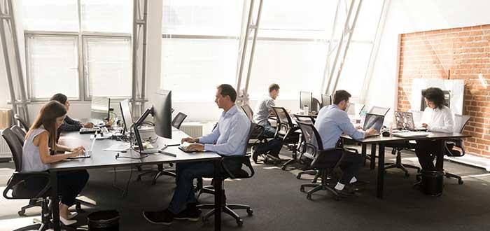 coworkers-trabajando-espacio-compartido