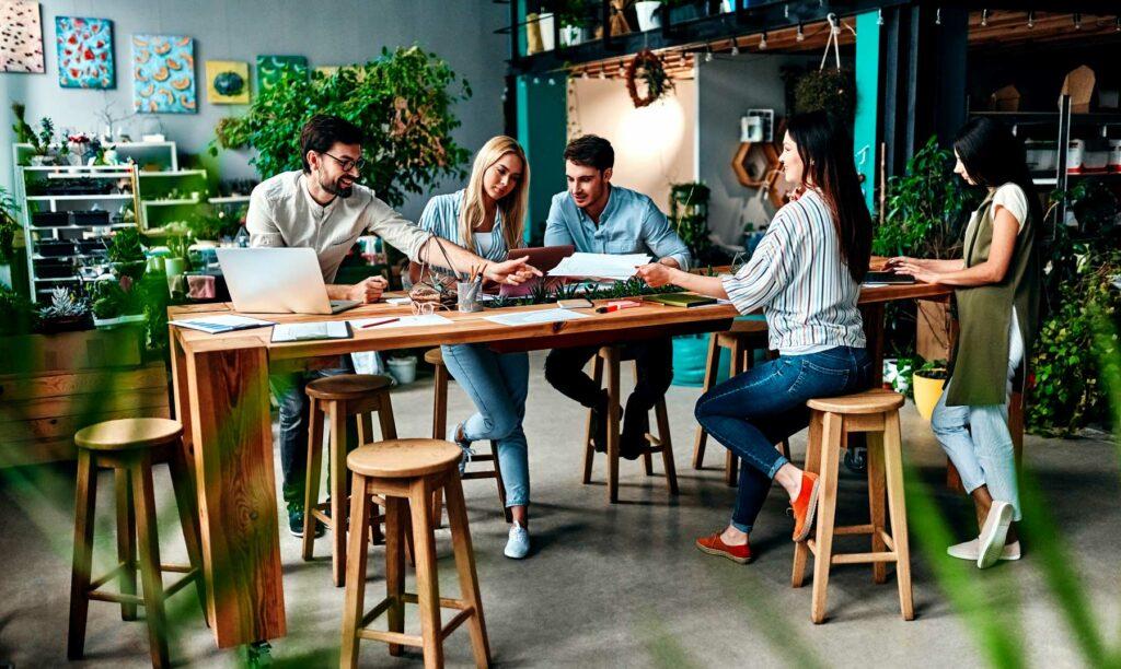 coworkers-trabajando-juntos