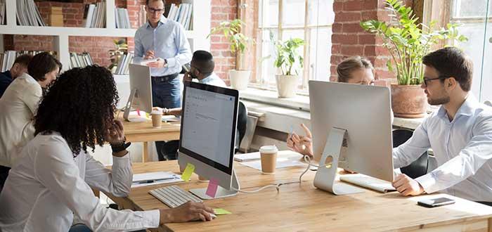 grupo-empleados-en-hot-desks-para-empresas