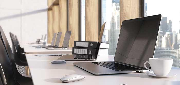 grupo-laptops-encima-escritorios-flexibles