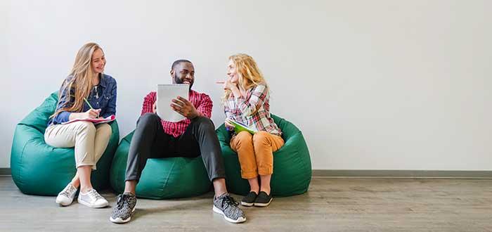 jóvenes-haciendo-networking-en-un-coworking